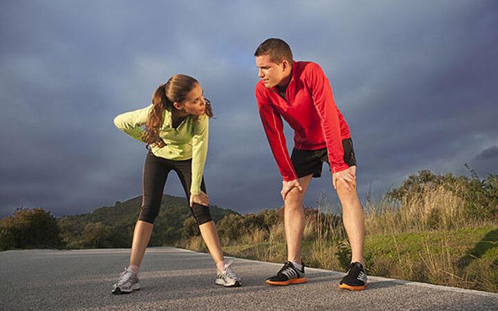 Thư giãn cơ thể sau khi chạy bộ giúp bạn nhanh chóng phục hồi thể lực.