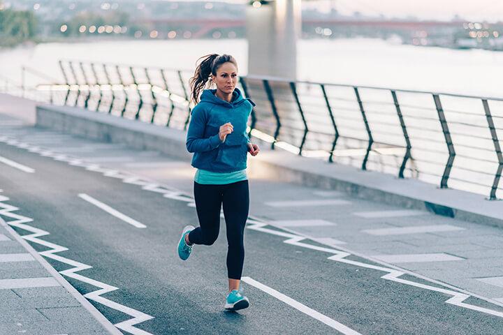 Để bắp chân không bị to bạn nên chạy bộ ở địa hình bằng phẳng.