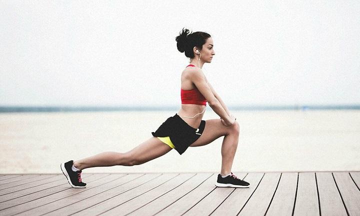 động tác giãn cơ đùi trước khi chạy