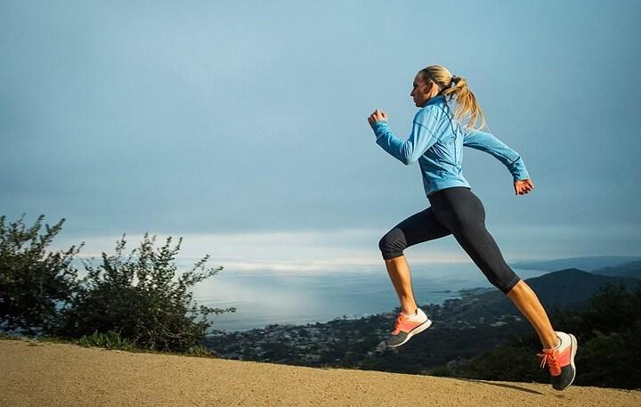 Chạy bộ lên đồi tạo điều kiện giảm mỡ bụng rất tốt