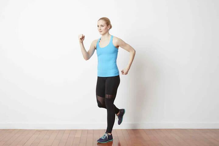Chạy bộ tại chỗ là bài tập thể dục đơn giản được nhiều người áp dụng.