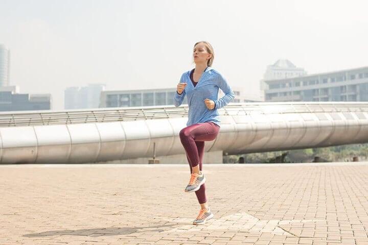 Chạy bộ tại chỗ là hoạt động thể thao khá phổ biến hiện nay.