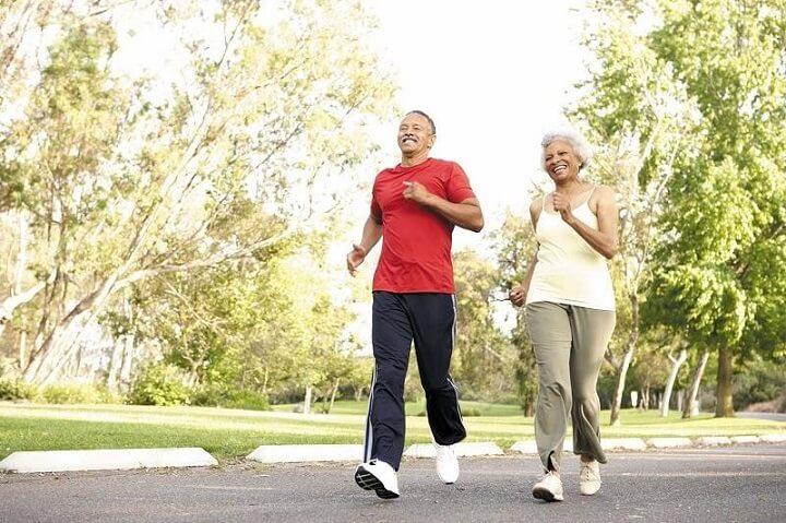 Chạy bộ buổi chiều là thời điểm ánh nắng dịu đi, tia UV giảm, không còn gây hại cho cơ thể con người.