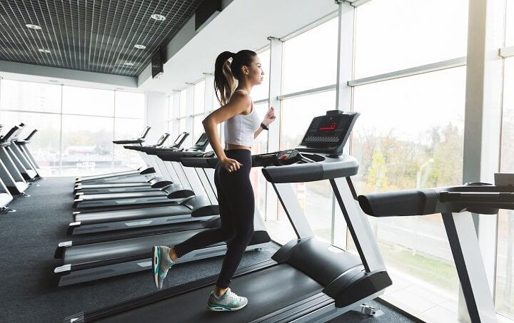 tập chạy bộ trên máy chạy bộ là phương pháp được nhiều người yêu thích hiện nay
