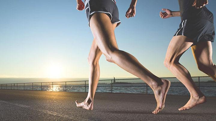 Chạy bước dài khi chạy bền 1500m mang lại nhiều lợi thế cho người tập luyện.