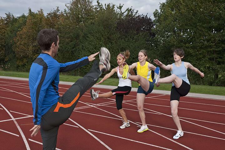 Khởi động là bước rất quan trọng trước khi tham gia chạy bộ