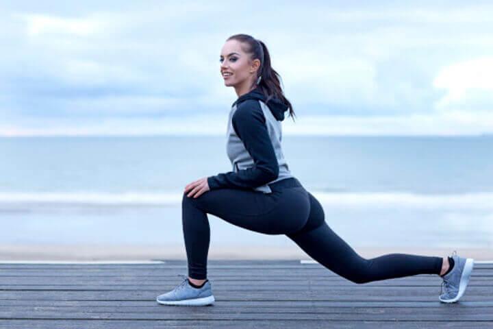Khởi động kỹ trước khi chạy giúp làm nóng cơ thể và giảm nguy cân chấn thương khi tập luyện