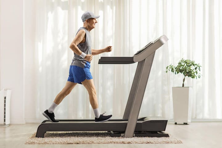 Người già sẽ sống thọ hơn khi tập đi bộ trên máy