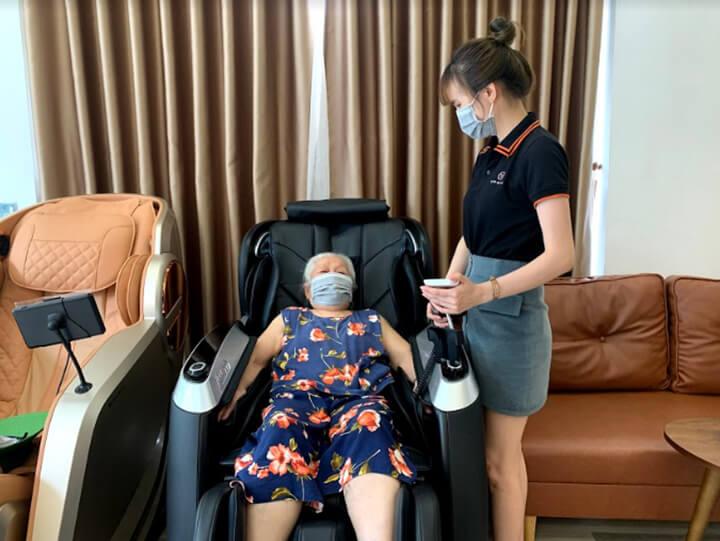 Trải nghiệm trên ghế massage luôn an toàn, thoải mái vì có nhân viên hỗ trợ