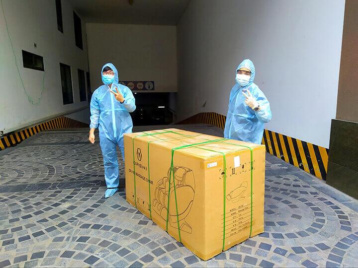 Đội ngũ nhân viên giao nhận ghế massage Oreni được trang bị đồ bảo hộ toàn thân