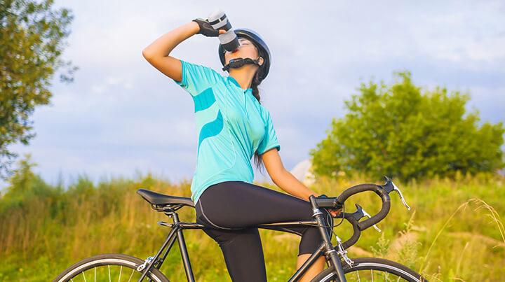 Uống nước trong khi đạp xe để duy trì thể lực, làm mát cơ thể