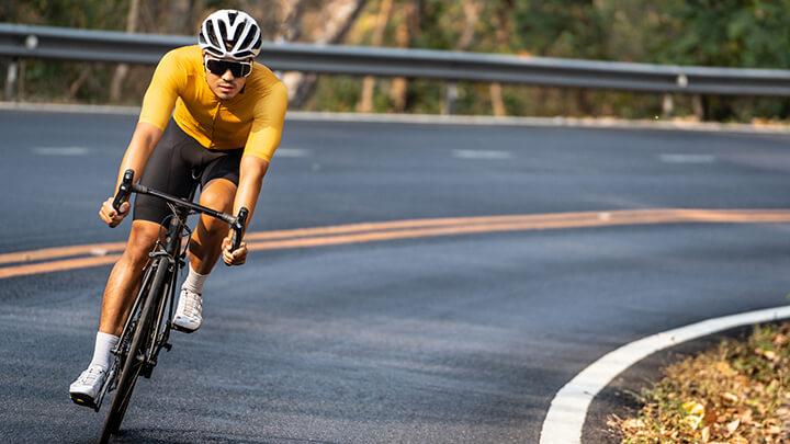 Ban đầu đạp xe với vận tốc chậm rồi tăng dần đều, cuối chặng thì giảm dần đều đến khi dừng hẳn