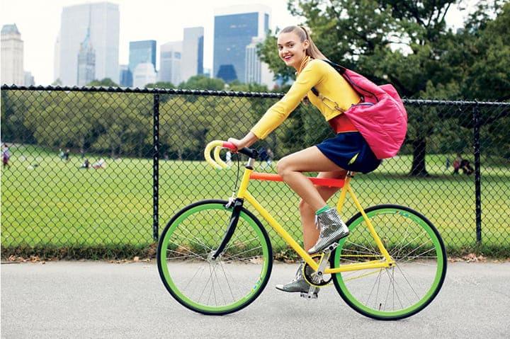 Cần đạp 2 bàn đạp đều đặn, đạp xe bằng lòng bàn chân