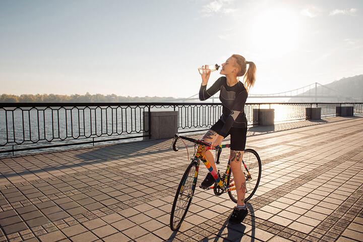 Nên uống đủ nước khi đạp xe