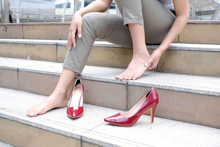 Thường xuyên đi giày cao gót cũng khiến các chị em bị đau lòng bàn chân