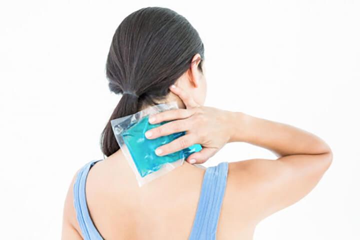 Chườm túi khăn ấm giúp giảm đau vai gáy cho người mới bị
