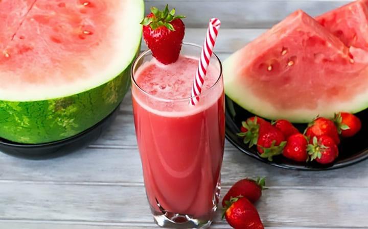 Nước detox giảm cân kết hợp dưa hấu, dâu tây và bạc hà giúp giảm cân tốt