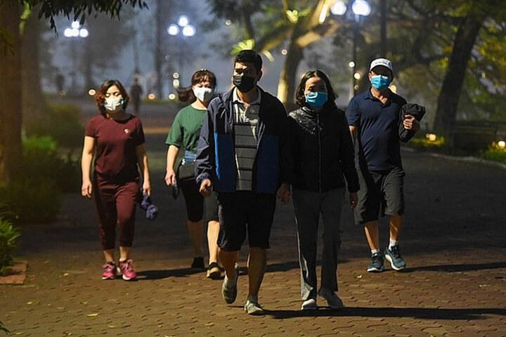 Nhiều người có thói quen đi bộ buổi tối