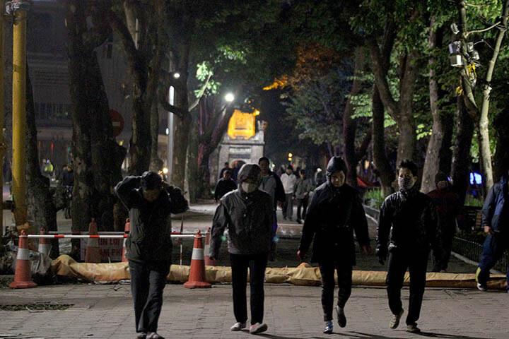 Các chuyên gia tập luyện khuyên nên đi bộ vào buổi tối, sau 2 tiếng ăn tối