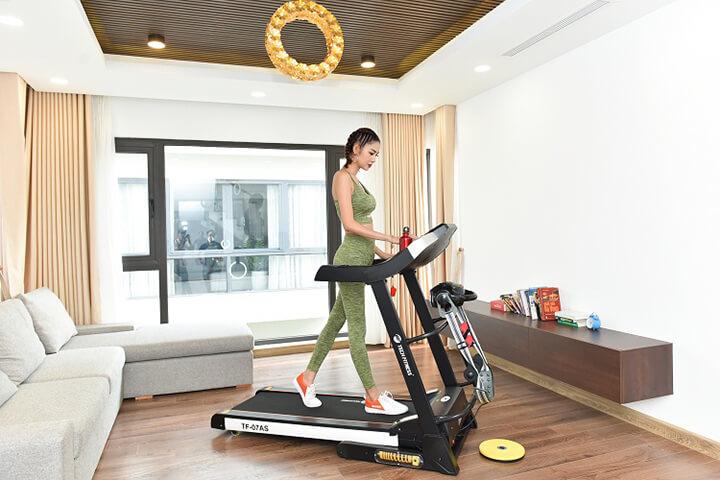 Cách đi bộ với máy đi bộ tại nhà giúp chân thon gọn