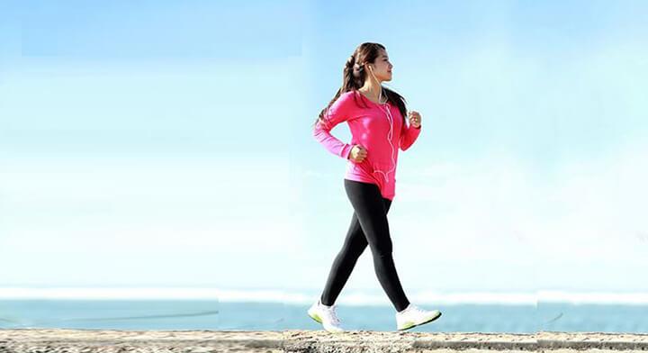 Chú ý duy trì tư thế ngẩng đầu khi đi bộ.