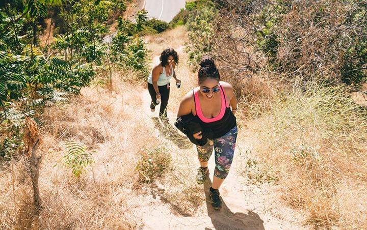 Đi bộ leo dốc giúp bắp chân, đùi săn chắc hơn.
