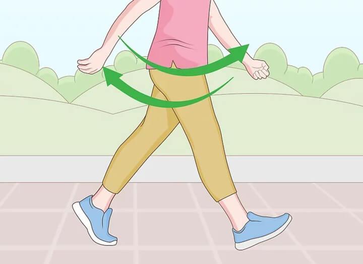 Vung tay thoải mái hai bên khi đi bộ.