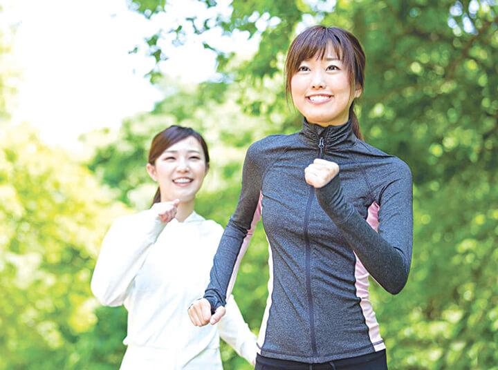 Đi bộ giảm cân hiệu quả với việc đánh tay.