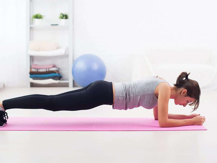 Plank là động tác làm săn chắc vùng bụng.