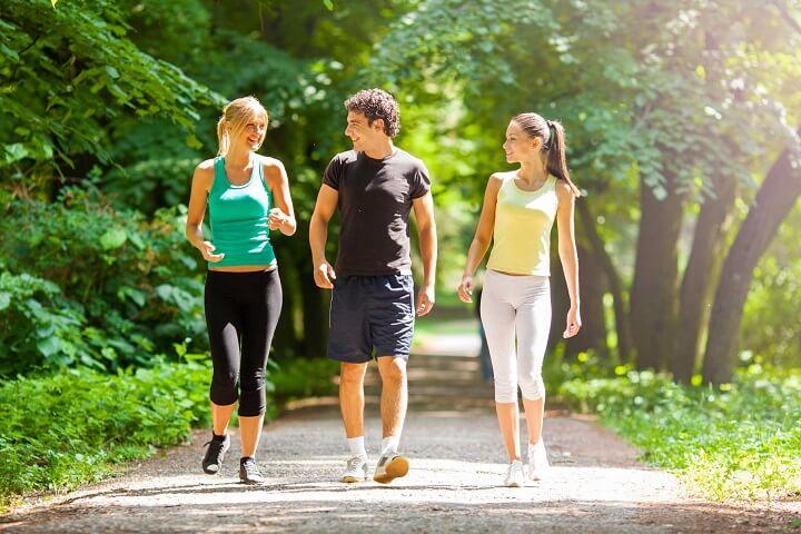 Đi bộ là hằng ngày là hình thức tập luyện đơn giản nhất nhưng cũng mang lại lợi ích to lớn đối với sức khỏe mỗi người.