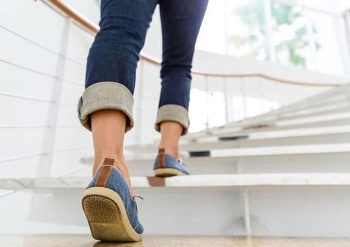 đi bộ leo cầu thang giảm cân