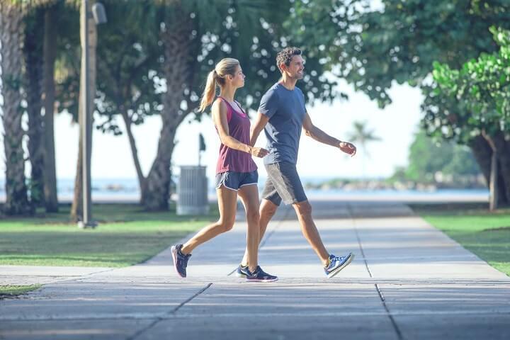 Thường xuyên đi bộ giúp bạn duy trì cân nặng hiệu quả.