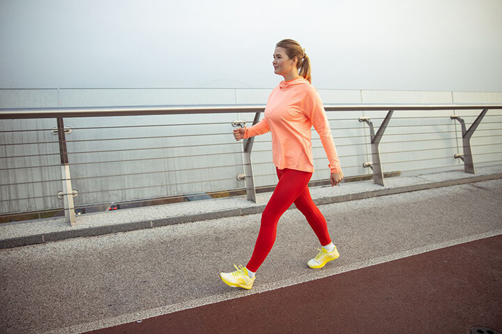 Đi bộ nhanh giúp bạn đốt calo nhiều hơn.
