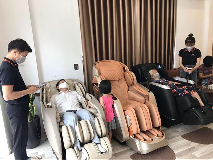 Khách hàng đang trải nghiệm ghế massage tại showroom
