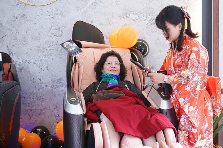 Khách hàng được trực tiếp trải nghiệm ghế massage tại cửa hàng.