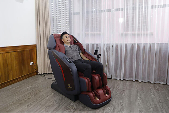 MC Tuấn Tú trải nghiệm ghế massage Oreni bằng công nghệ Nhật Bản