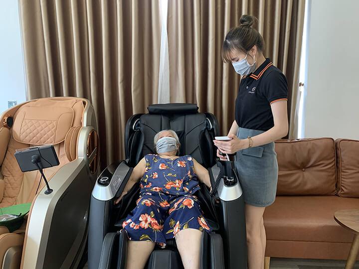 Khách hàng được trải nghiệm miễn phí ghế massage ngay tại cửa hàng