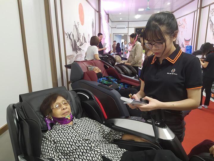 Khách hàng được ngồi thử miễn phí tất cả sản phẩm tại Oreni Hồ Chí Minh