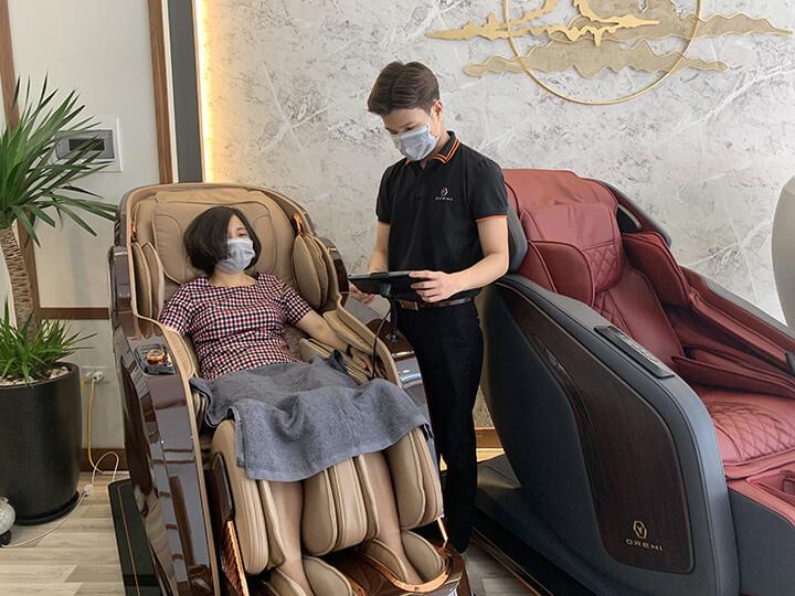 Khách hàng trải nghiệm ghế massage tại cửa hàng