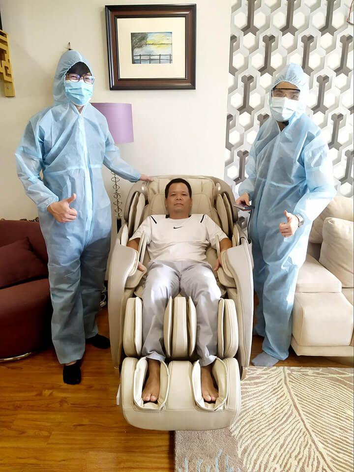 Ghế massage Oreni OR-180 được kê đặt nhanh chóng trong không gian nhà anh Kiên