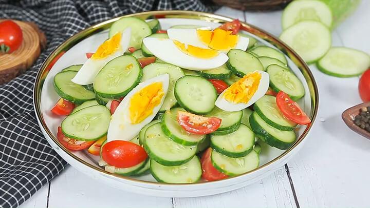 Một trong những cách giảm cân bằng dưa chuột là làm món salad đơn giản, hấp dẫn