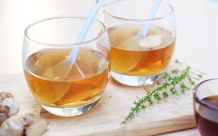 Uống 1 ly nước ấm pha mật ong buổi sáng giúp thanh lọc cơ thể