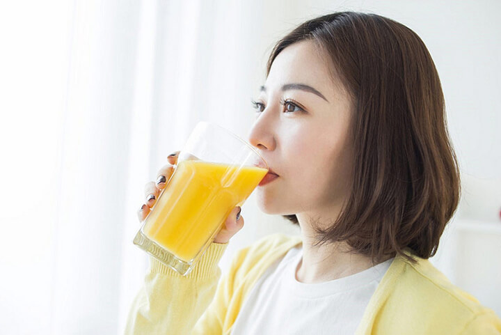 Uống 1 ly sữa tươi không đường pha tinh bột nghệ trước bữa sáng giúp giảm cân hiệu quả