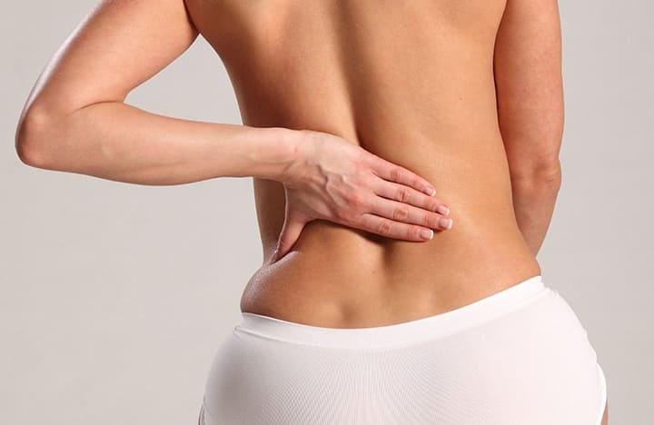 Mỡ lưng xuất hiện ở cả nam và nữ với nhiều nguyên nhân khác nhau