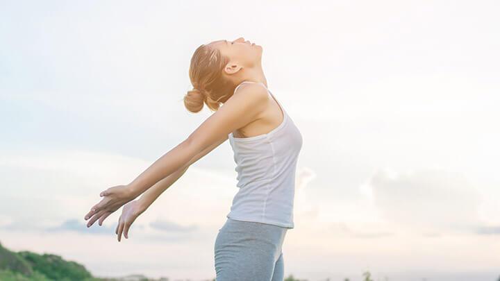 Giãn ngực nhẹ nhàng là bài tập giúp thư giãn và kích thước vòng 1 của nữ giới phát triển