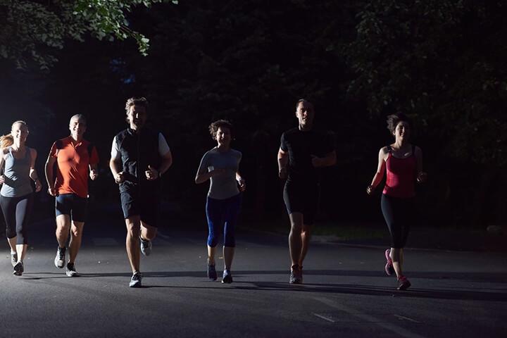 Buổi tối chạy bộ ít ánh sáng gây hạn chế tầm nhìn.