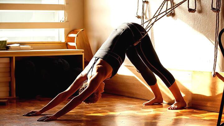 Phương thức này trong Hatha Yoga cần có sự hỗ trợ của các dụng cụ đi kèm