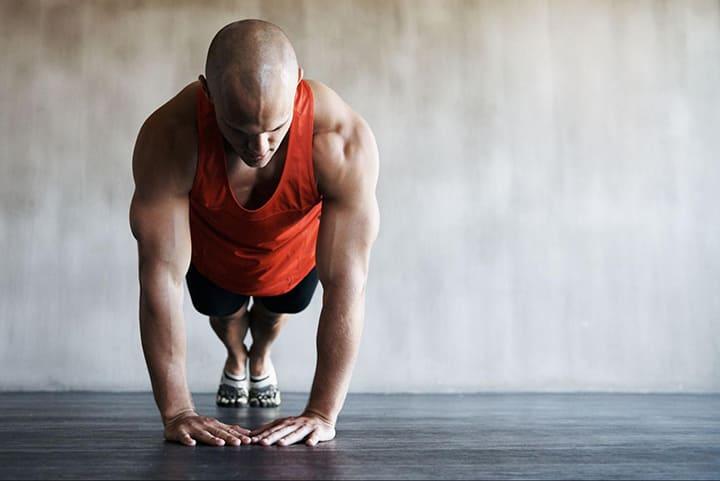 Chống đẩy kim cương là cách tăng áp lực lên phần vai, ngực