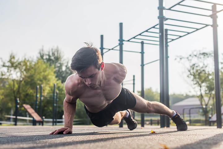 Bài tập One Arm Push-Ups có độ khó cao, đòi hỏi cơ thể có nền tảng trước