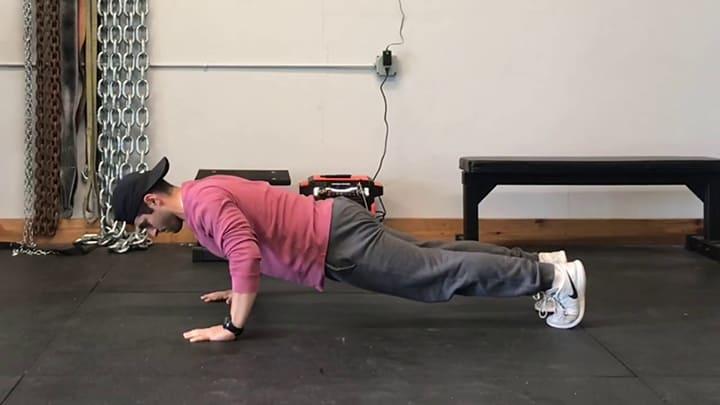 Eccentric Push Up là phương pháp hít đất kéo dài thời gian tập, tập chậm lại